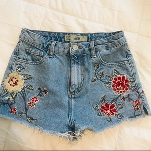 TOPSHOP MOM JEAN SHORTS WITH DESIGN